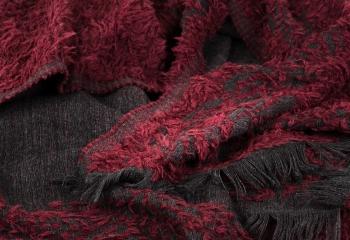 dettaglio-tessuto-sciarpa-invernale-nero-rosso